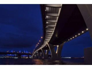 На Яхтенном мосту включили красивую подсветку